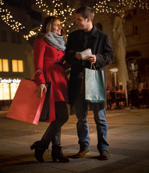 Couple holiday shopping earning CAMPUS Rewards
